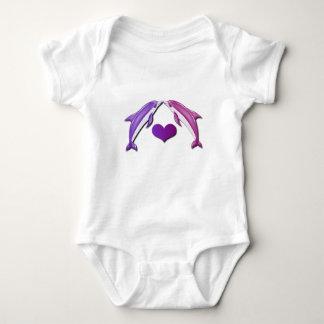Besar la camisa del bebé de los delfínes