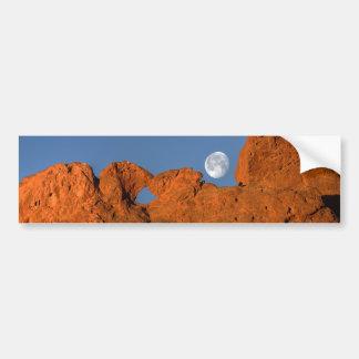Besar la formación de roca de los camellos con la  pegatina para auto