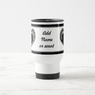 Besar la silueta de los pares en corazón del camuf taza de café