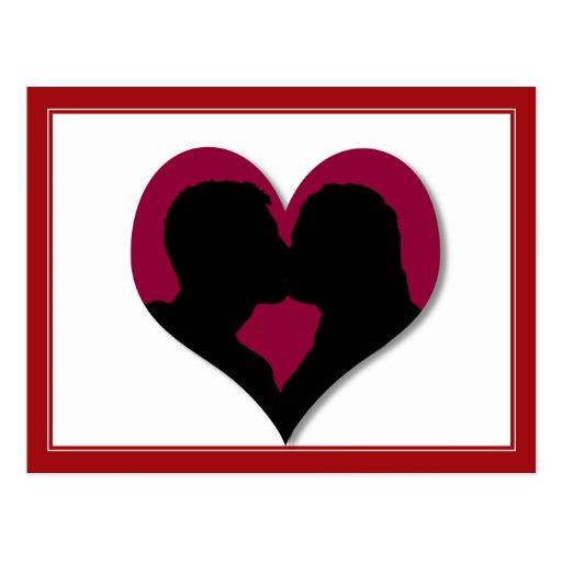 Besar la silueta de los pares en corazón rojo postales