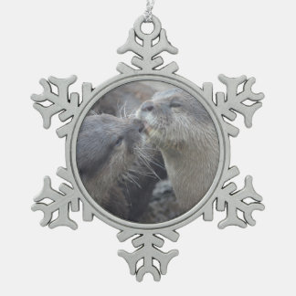 Besar nutrias de río adorno de peltre en forma de copo de nieve