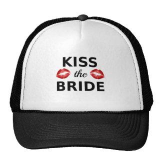 bese a la novia con los labios rojos gorras de camionero