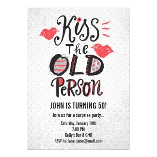 ¡Bese a la persona mayor Invitación de la fiesta