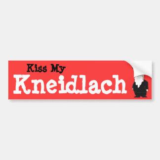 Bese a mi pegatina para el parachoques de Kneidlac Pegatina De Parachoque
