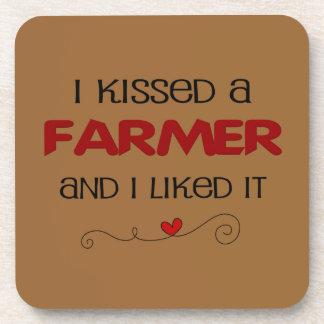 Besé a un granjero y tuve gusto de él posavaso
