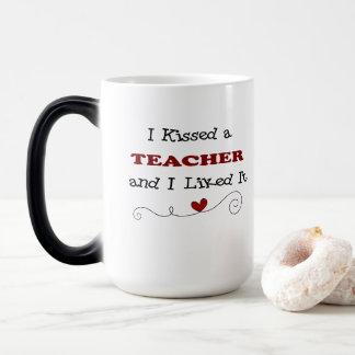 Besé a un profesor y tuve gusto de él taza mágica