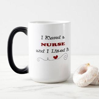 Besé a una enfermera y tuve gusto de él taza mágica