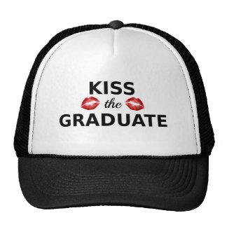 bese al graduado, texto con los labios rojos para gorro de camionero
