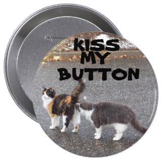 Bese mi botón que besa gatos pin redondo de 4 pulgadas