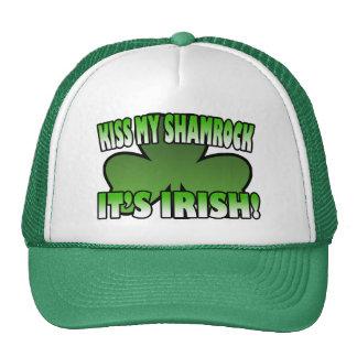 Bese mi trébol que es gorra irlandés