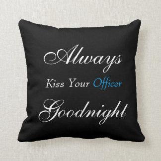 Bese siempre su almohada cuadrada del oficial