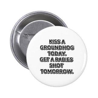 Bese un groundhog hoy. Consiga una rabia tirada Pin Redondo De 2 Pulgadas