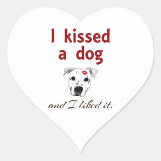 Besé un perro pegatina en forma de corazón