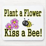 Bese una abeja con las flores rosadas tapete de raton