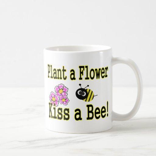 Bese una abeja con las flores rosadas taza clásica