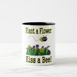 Bese una abeja taza de dos tonos