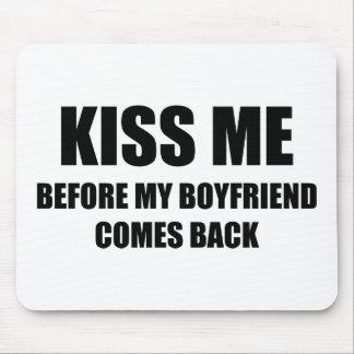 Béseme antes de que se vuelva mi novio mousepad