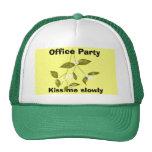 Béseme lentamente, las fiestas en la oficina gorras
