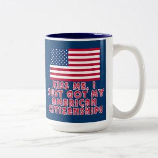 ¡Béseme que acabo de conseguir mi ciudadanía Taza De Café De Dos Colores