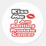 Béseme… que estoy luchando al cáncer de próstata pegatinas redondas