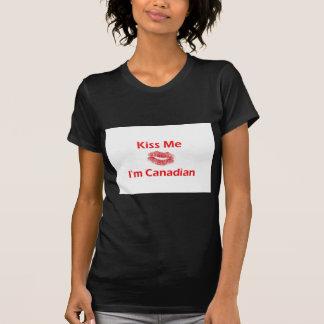 Béseme que soy canadiense camisetas