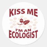 Béseme que soy ecologista pegatina redonda