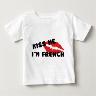 Béseme que soy francés playera de bebé