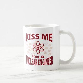 Béseme que soy ingeniero nuclear taza clásica