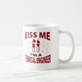 Béseme que soy ingeniero químico taza clásica