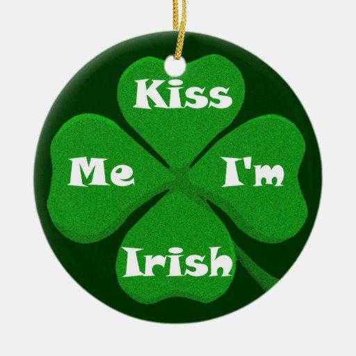 Béseme que soy irlandés adorno navideño redondo de cerámica