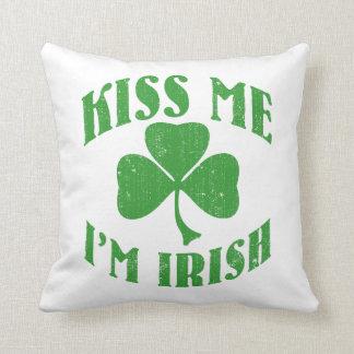 Béseme que soy irlandés cojín decorativo