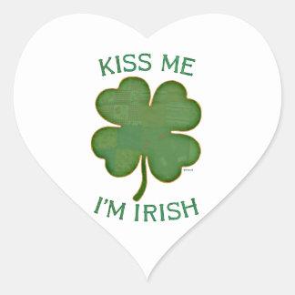 Béseme que soy irlandés pegatina en forma de corazón