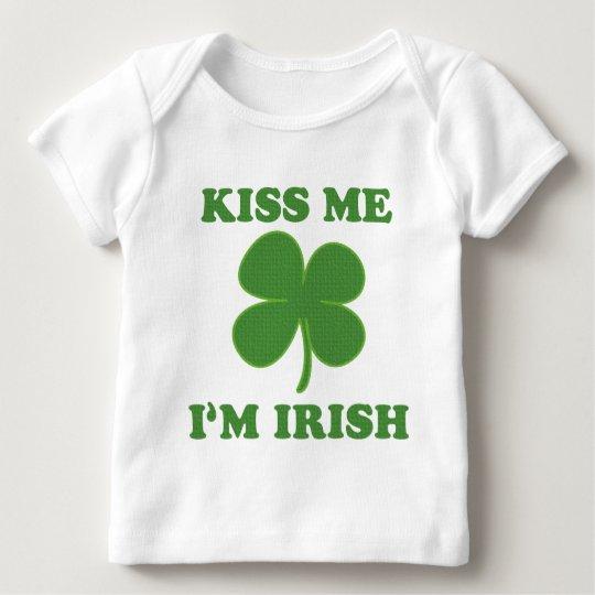 Béseme que soy irlandés playera de bebé