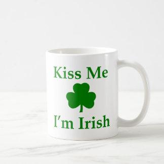 Béseme que soy irlandés taza