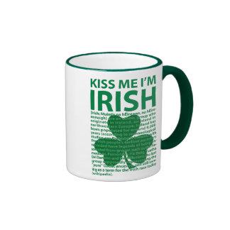 Béseme que soy irlandés taza a dos colores