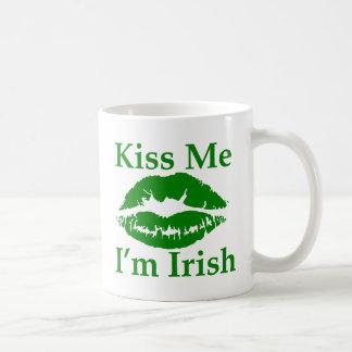 Béseme que soy irlandés taza clásica