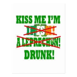 ¡Béseme que soy irlandés, un leprechaun, bebido! Tarjetas Postales