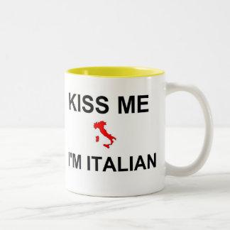 Béseme que soy italiano taza de dos tonos