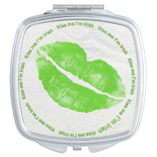 Béseme que soy lápiz labial verde irlandés espejo maquillaje