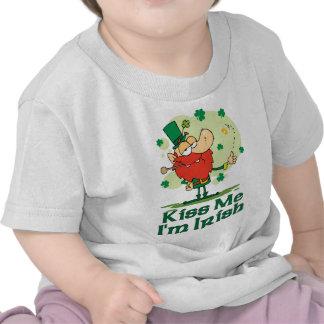 Béseme que soy Leprechaun divertido irlandés Camisetas