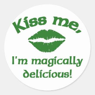 Béseme que soy mágico delicioso pegatinas redondas