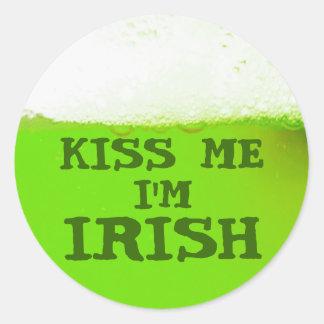 Béseme que soy pegatina verde irlandés de la