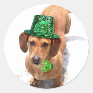 Béseme que soy pegatinas irlandeses del Dachshund Etiqueta Redonda