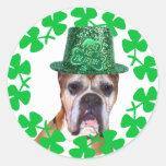 Béseme que soy pegatinas irlandeses del perro del etiquetas redondas