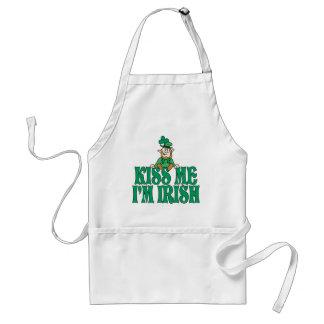 Béseme que soy pequeño Leprechaun irlandés Delantales