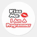 Béseme… que soy programador pegatina redonda