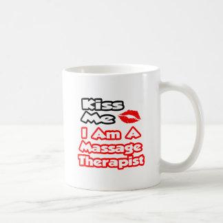 Béseme… que soy terapeuta del masaje taza clásica