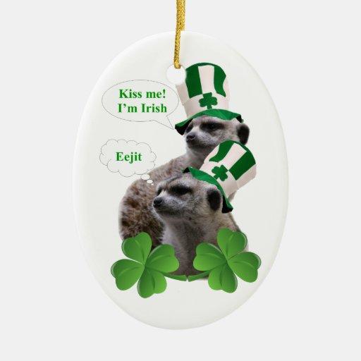 Béseme que soy un diseño irlandés del meerkat adorno navideño ovalado de cerámica