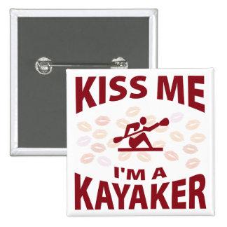 Béseme que soy un Kayaker Pin Cuadrado