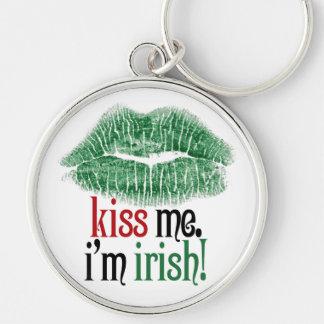 Béseme. Soy irlandés Llavero Redondo Plateado